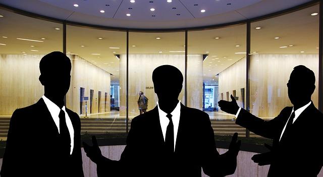 siluety tří podnikatelů