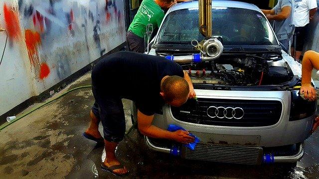muži čistí auto.jpg