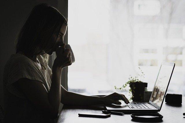 žena u stolu s počítačem